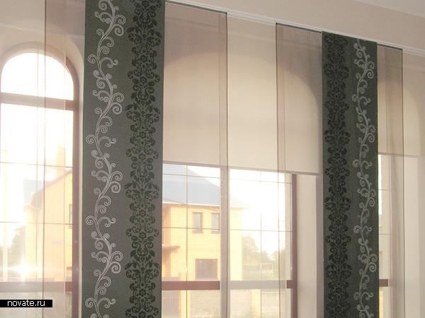 Шторы-экраны с четким спокойным орнаментом не мешают световому потоку свободно попадать в помещение. © Артис