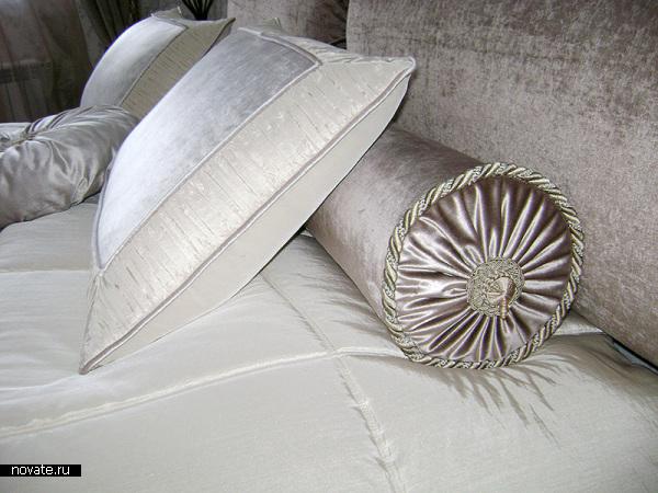 Глянцевые декоративные подушки для интерьера в стиле модерн. © Артис
