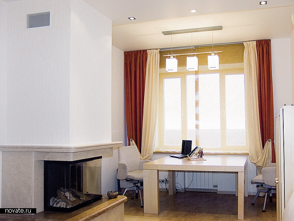 Интерьер кабинета в современном стиле. Контрастные портьерные ткани без сомнения оживляют внимание и создают рабочую атмосферу. © Артис