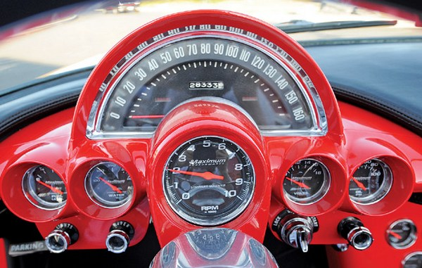 В 60-х  в автомобилестроении еще не использовали пластик, поэтому приборки изготавливали из металла, обычно окрашенного в цвет кузова. На фото изображена торпеда спортивного Сhevrolet Сorvette.