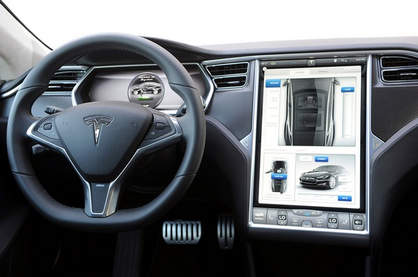 На электромобилях все немного  сложнее. За рулевым колесом располагается рабочий монитор, где высвечиваются основные показатели, а огромный сенсорный экран справа, служит своеобразным сердцем автомобиля, в котором сосредоточена вся информация и все возможности Tesla Model S.