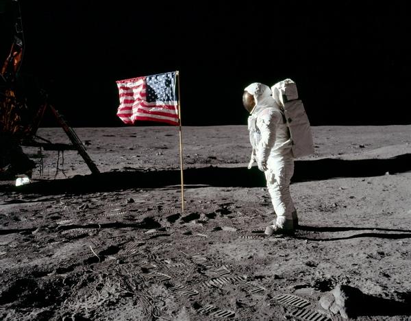 Американский астронавт на Луне.