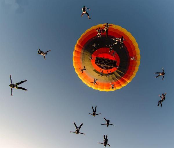Самый массовый парашютный прыжок из воздушного шара. Дубаи.