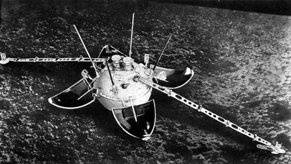 Автоматическая межпланетная станция Луна-1 (СССР, январь 1966 г.).