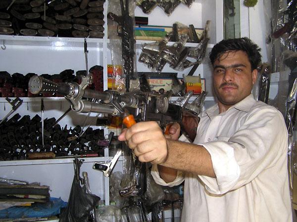 Пакистанский автомат Калашникова, сделанный в городе Дарры.