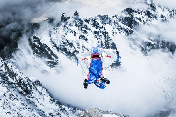Валерий Розов прыгает с вершины.