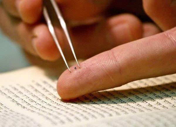 Самая маленькая Библия в мире.