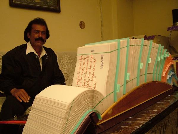 Сунил Иосиф Бхопал со своей рукописной Библией.