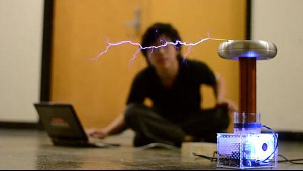 Катушка OneTesla + ПК или синтезатор = молниеносная музыка