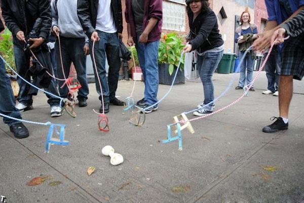 Выгул невидимых собак - забавный массовый флешмоб от нью-йоркского арт-коллектива Improve Everywhere