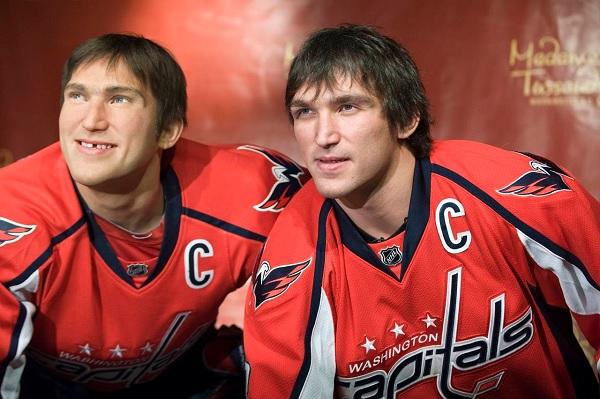 Хоккеист Александр Овечкин и его восковой двойник в Madame Tussauds museum в Вашингтоне