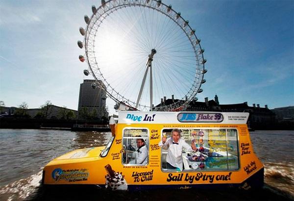 Плавучий фургончик с мороженым на Темзе