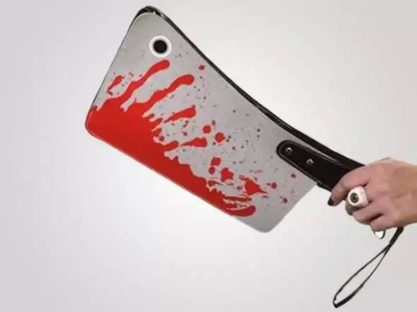 Клатч Bloody Cleaver Clutch от Kreepsville - прикольный аксессуар для Хэллоуина, который можно надеть в любой другой день