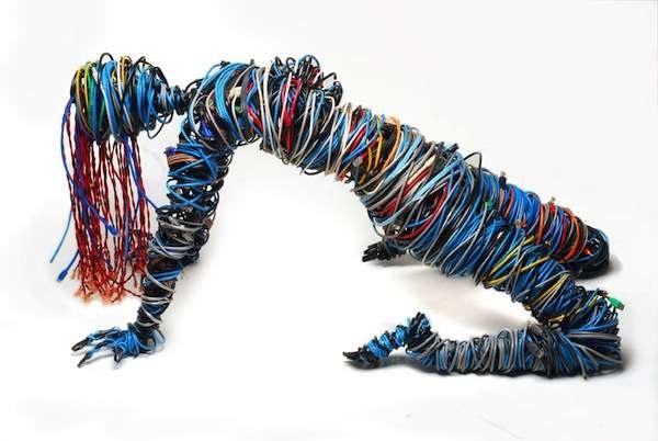Автопортрет Kasey McMahon, сделанный из проволоки и компьютерных проводов