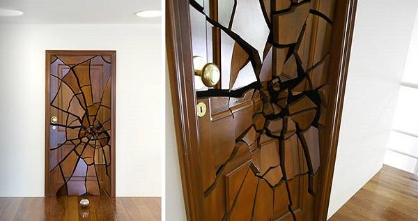 Якобы сломанная дверь от Leandro Erlich