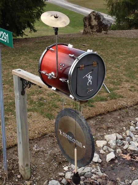 Креативно оформленный почтовый ящик-ударная установка