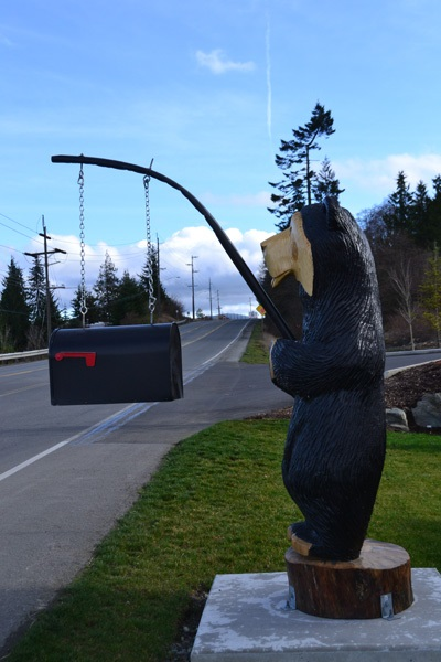 Креативно оформленный почтовый ящик-медведь на рыбалке