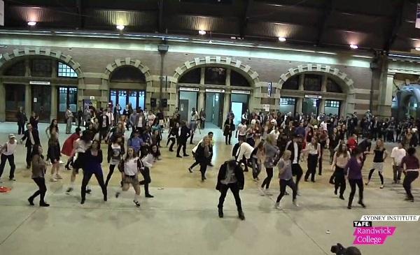 Спонтанный танец в здании вокзала - зрелищный флешмоб от сиднейских активистов ЗОЖ