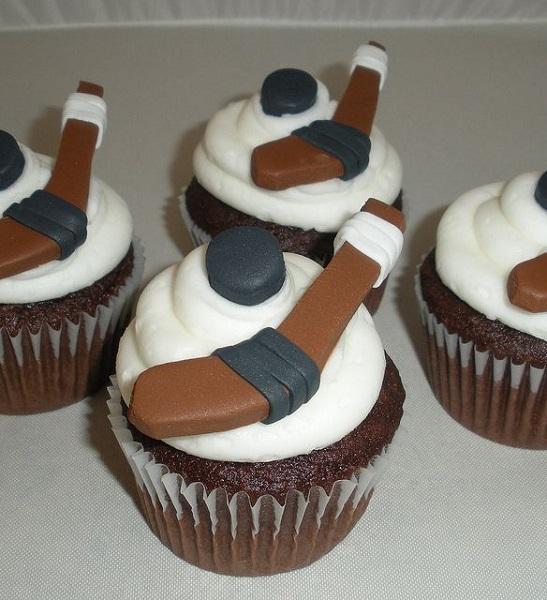 Тематически украшенные кексы – десерт-подарок для фанатов хоккея