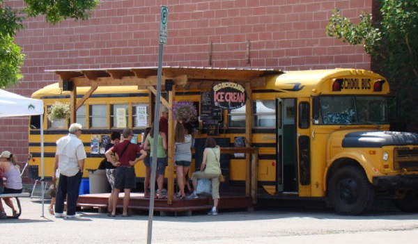 Школьный автобус с мороженым в канадском городе Альберта