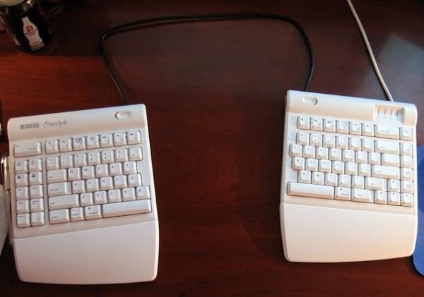 Полезная клавиатура Kinesis split keyboard - один из лучших гаджетов-новогодних подарков для программистов и геймеров