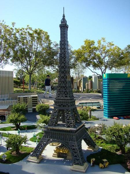 Лего-миниатюра Эйфелевой башни