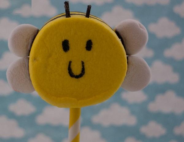 Диетический десерт в виде пчелки, приготовленный из маршмеллоу