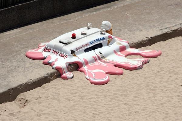 Скульптура 'Расплавленный фургончик с мороженым' на пляже Сиднея