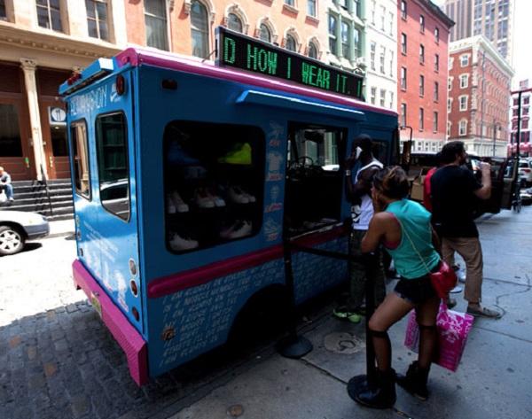Фургончик с мороженым и спортивной одеждой Nike в Нью-Йорке