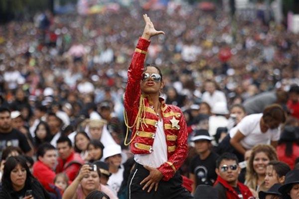 Двойник Майкла Джексона на самом массовом флешмобе в честь певца