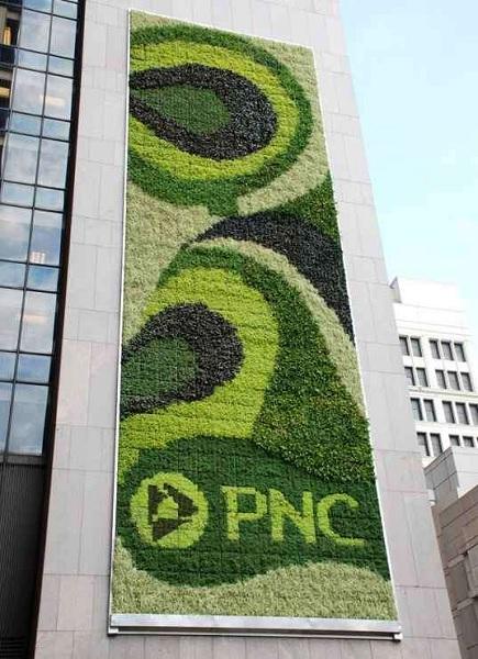 PNC Bank – необычное здание банка с зеленой стеной