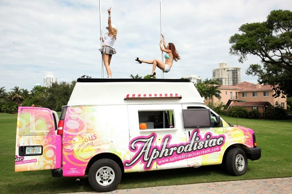 Танцующие продавщицы из на крыше фургончика Aphrodisiac Ice Cream's