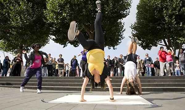 Зрелищный флешмоб от беременных танцовщиц брейк-данс