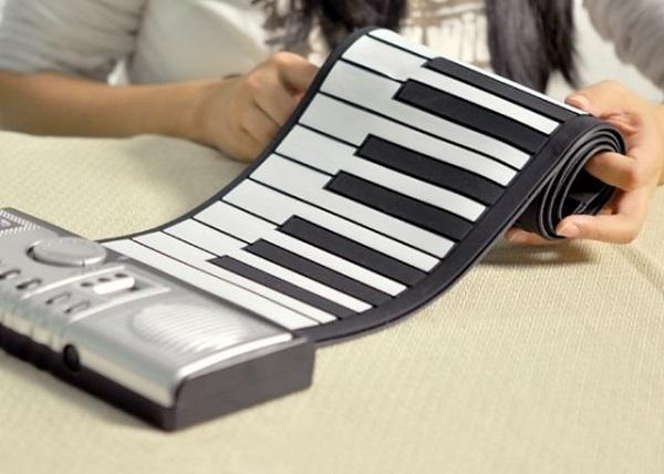 Портативная клавиатура Roll-Up Electronic Keyboard - один из лучших гаджетов-новогодних подарков для мужчин-музыкантов