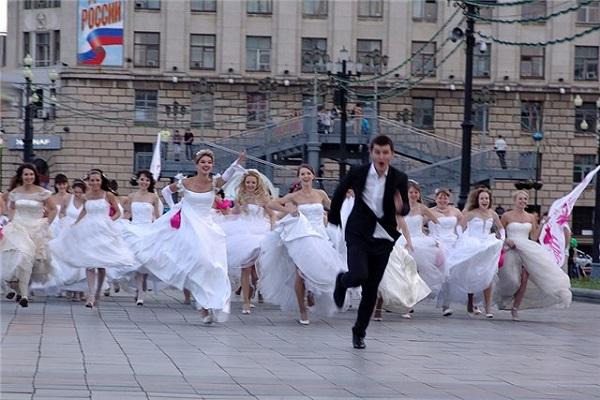 Участницы зрелищного российского флешмоба 'Сбежавшие невесты'