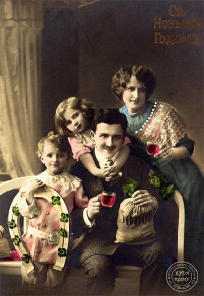 Счастливая семья на фотооткрытке дореволюционной эпохи