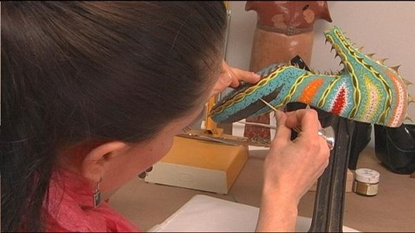 Марина Демпстер доделывает туфли с шипами