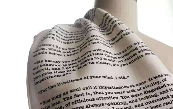 """Креативный шарф, украшенный цитатами из """"Гордости и предубеждения"""""""