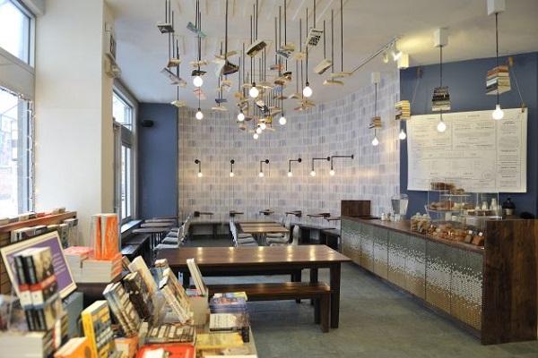 Призывающие читать 'книжные лампы' в кафе магазина McNally Jackson Books