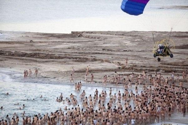 Обнаженные участники флешмоба у Мертвого моря
