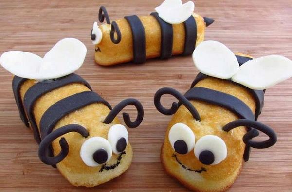 Бисквитные печенья, оформленные в виде пчелок