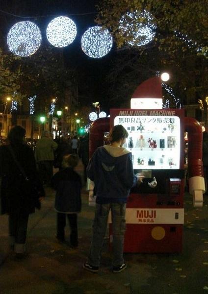 Muji Christmas Machine – креативно оформленный магазинчик рождественских сувениров в Барселоне