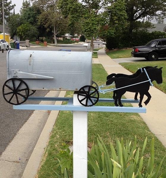 Креативно оформленный почтовый ящик-фургон