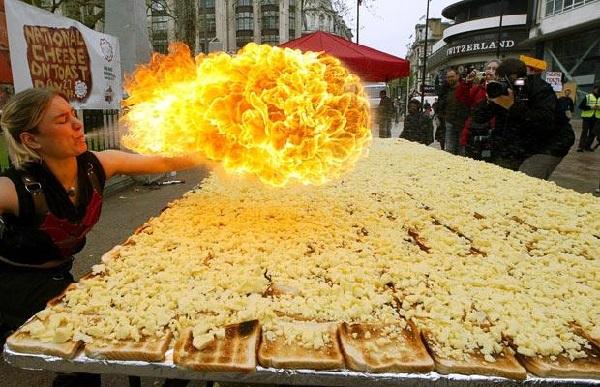 Самый большой в мире тост с сыром, попавший в Книгу рекордов Гиннеса в 2006 году