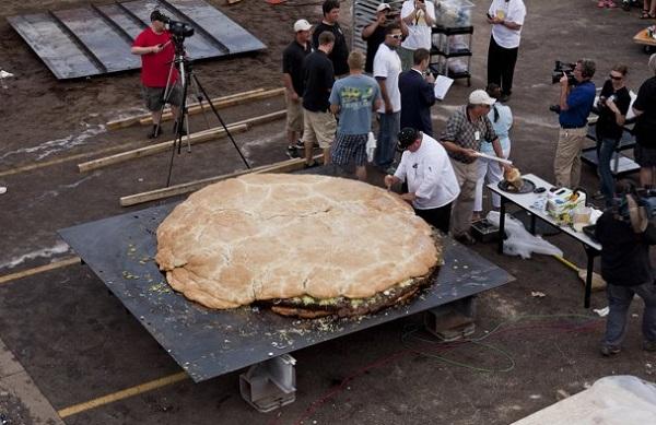 Самый большой в мире гамбургер, попавший в Книгу рекордов Гиннеса в 2012 году