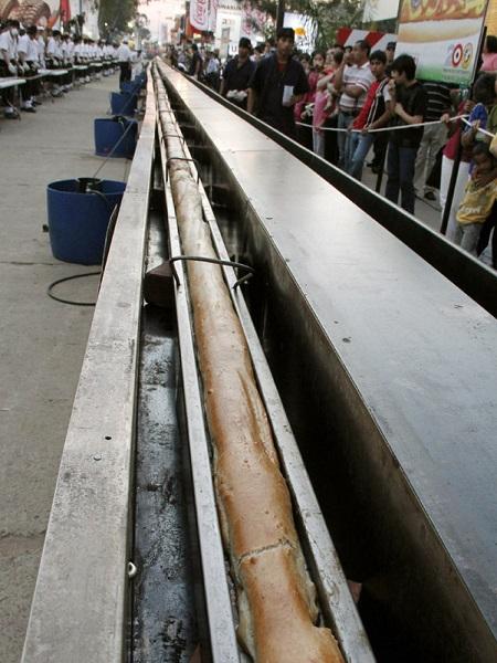 Самый большой в мире хот-дог, попавший в Книгу рекордов Гиннеса в 2011 году