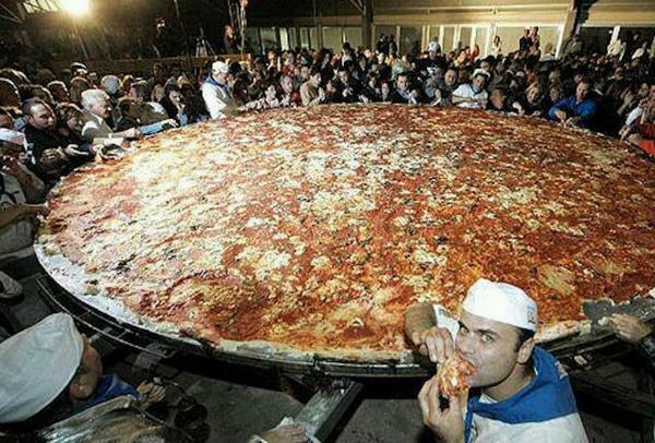 Самая большая в мире пицца, попавшая в Книгу рекордов Гиннеса в 1990 году