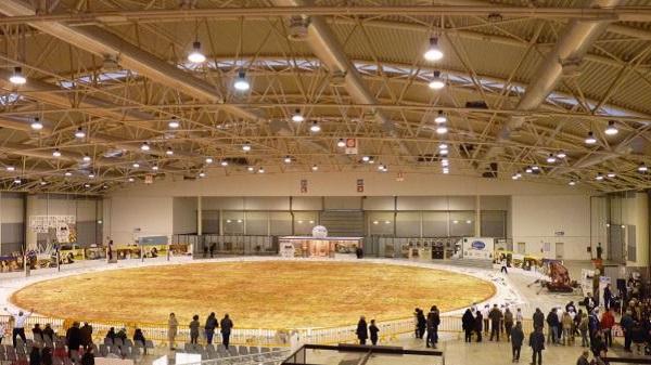 Самая большая в мире пицца, попавшая в Книгу рекордов Гиннеса в 2012 году