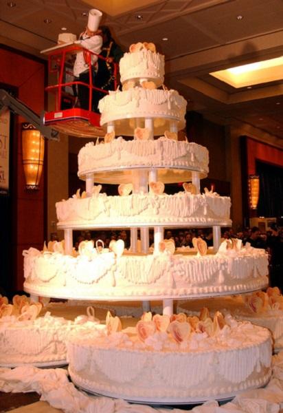 Самый большой в мире свадебный торт, попавший в Книгу рекордов Гиннеса в 2004 году