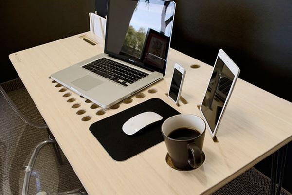 SlatePro: компьютерный стол с гаджет-органайзерами.